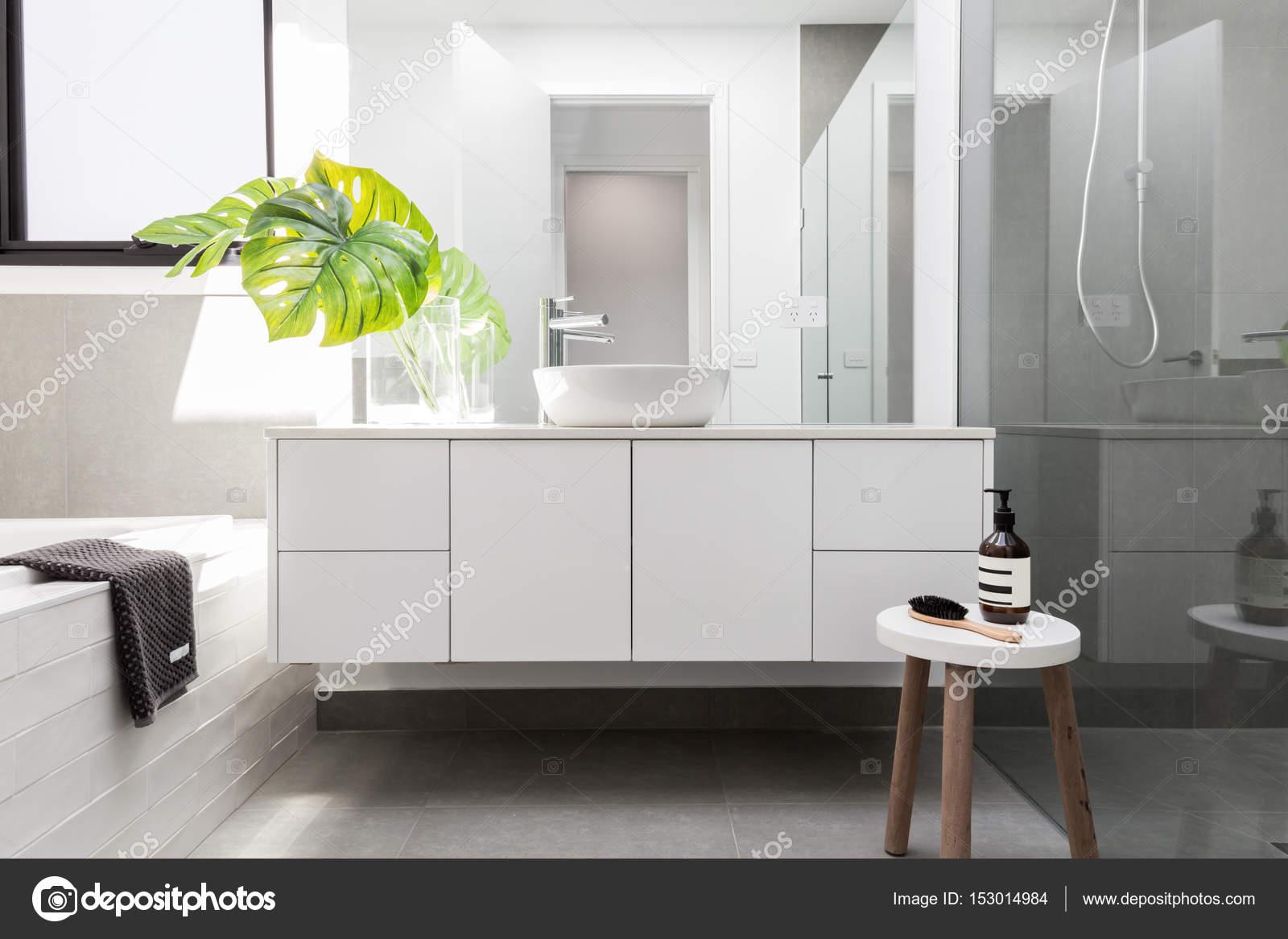 Bagno di famiglia di lusso bianco u foto stock jodiejohnson