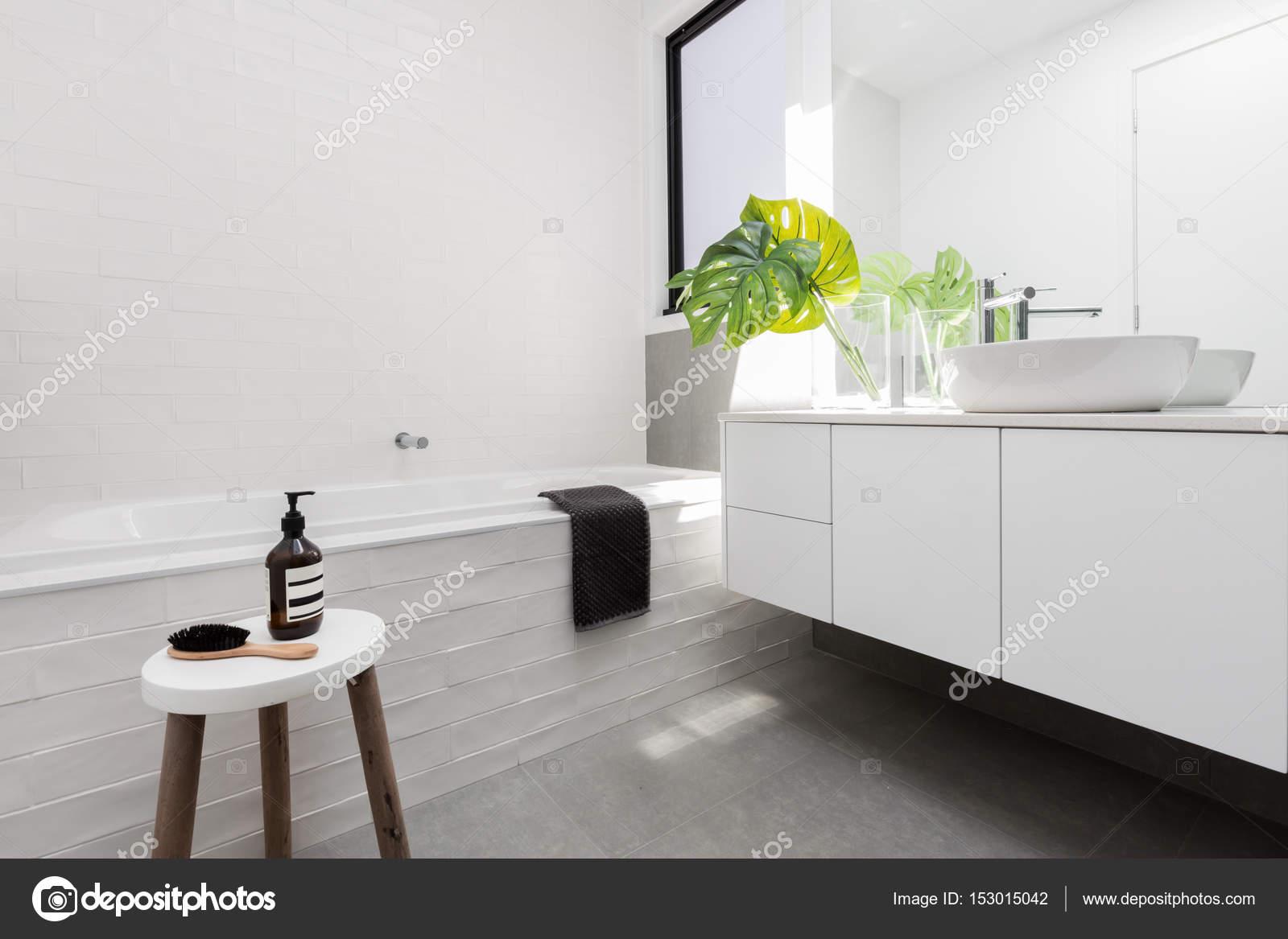 Stijlvolle familie badkamer — Stockfoto © jodiejohnson #153015042