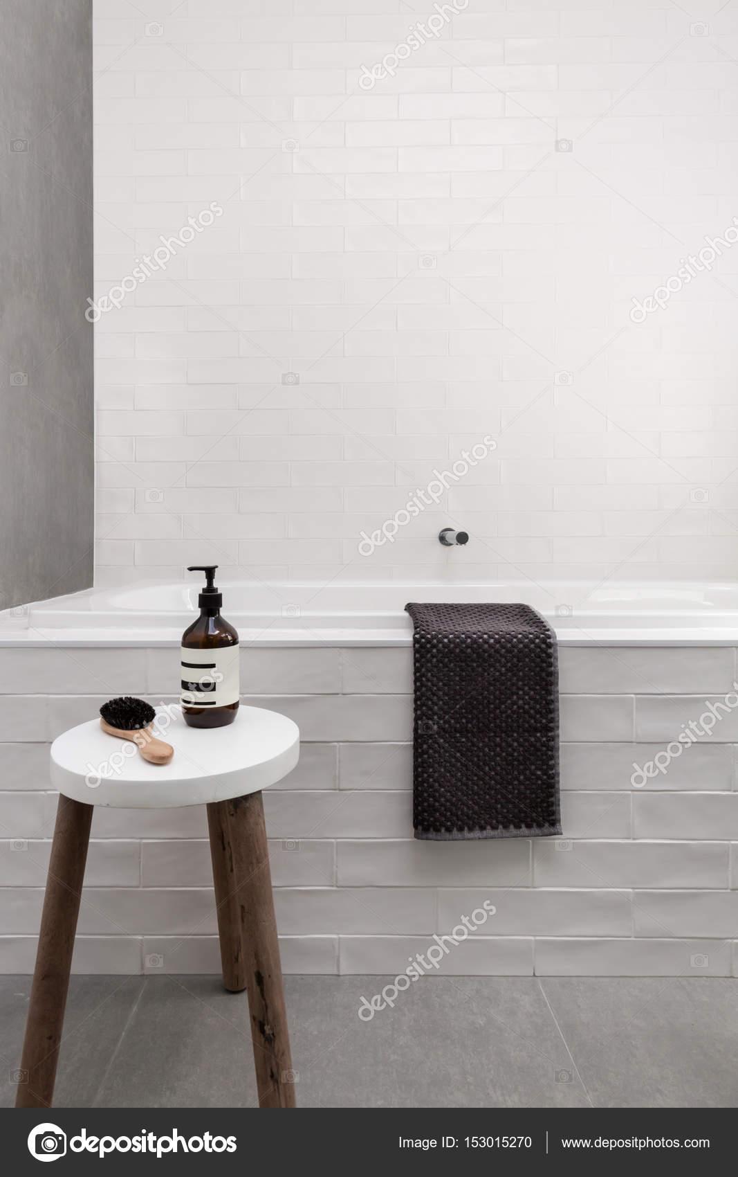 Tabouret et table de bain blanc — Photographie jodiejohnson ...