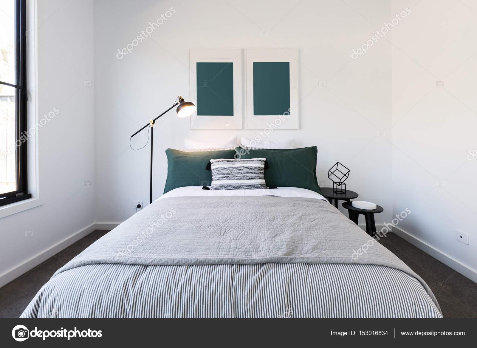 Groene en witte luxe slaapkamer — Stockfoto © jodiejohnson #153016834