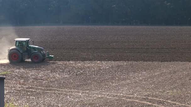 Traktor na poli na podzim
