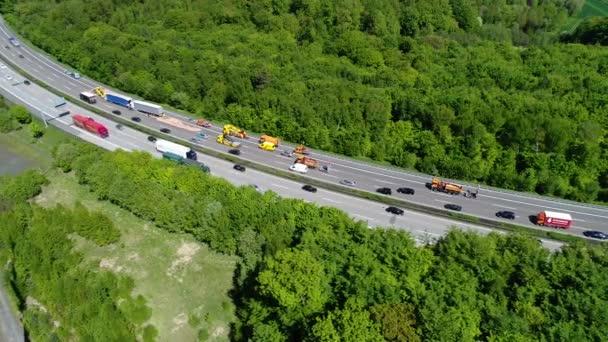 Dopravní zácpa na dálnici - letecký pohled, sledování snímku