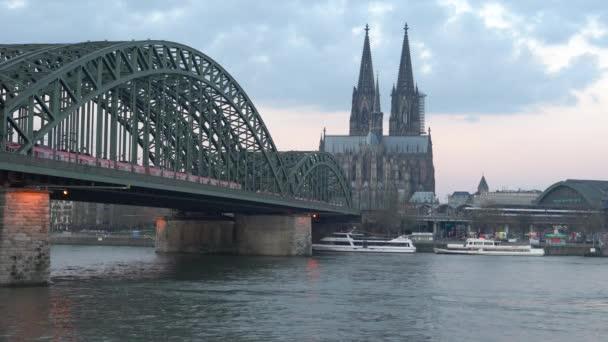 Rheinpanorama bei Tagesanbruch, Köln, Deutschland