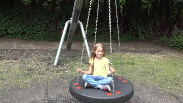Happy Smiley Girl houpačka venkovní, dítě hrát na dětském hřišti park děti _ 4k