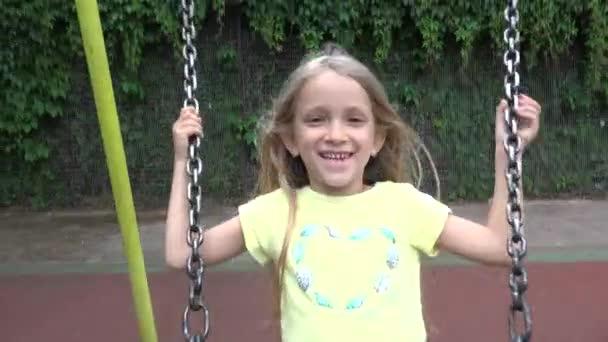 4k Kid Swinging, Dítě hraje na hřišti, Dívka hraje v parku, Děti