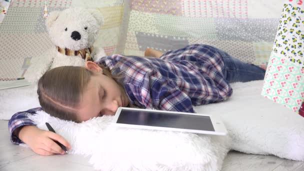 Stresszes gyerek alszik, miközben tanul tablet, gyermek alszik írás házi feladat, gyermek oktatás