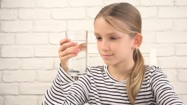 Kind trinkt Wasser in der Küche, durstiges Teenager-Mädchen studiert Glas Frischwasser, Kindergesundheit
