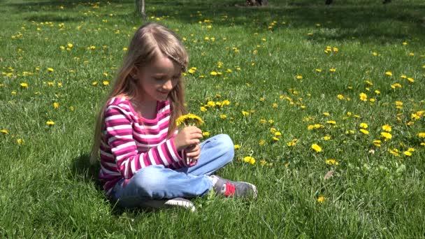 4K Kid vonící jarní květ Pampeliška květiny, Dítě hraje na louce venkovní v přírodě, Malá dívka smějící se