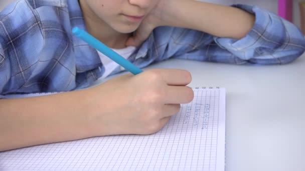 Kind schreibt, Kind lernt Mathe auf Notizbuch, Schülerin lernt, Schülerin