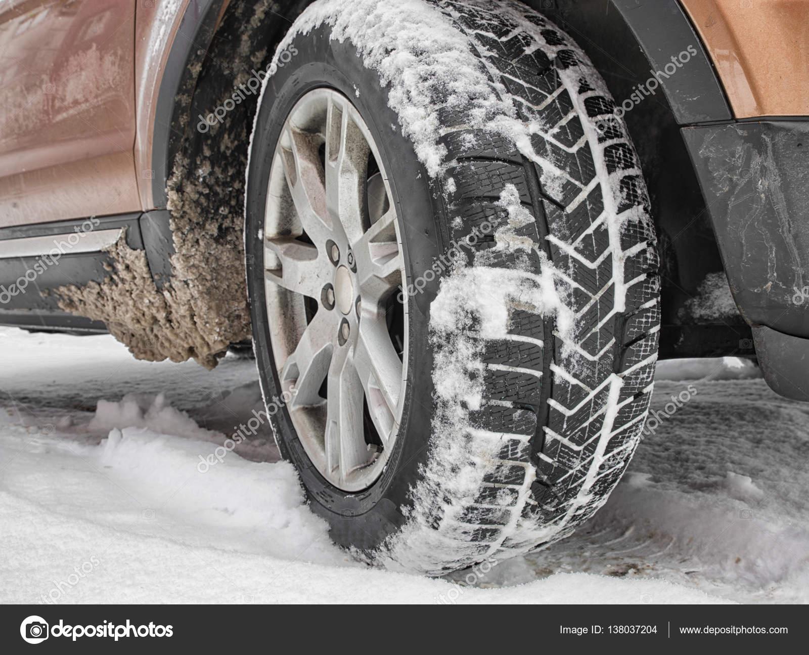 pneus d hiver sur la neige photographie jarino 138037204. Black Bedroom Furniture Sets. Home Design Ideas