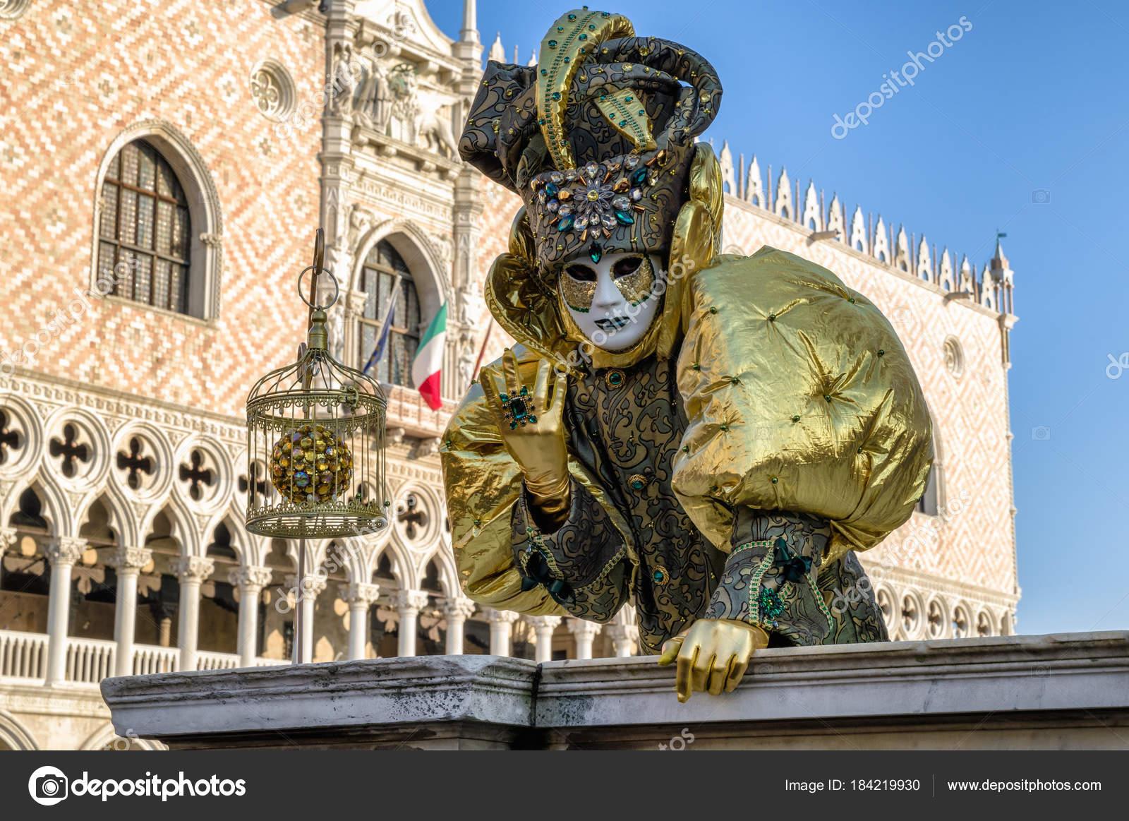 Persona de máscara en el carnaval de Venecia 2018. Palacio Ducal en ...