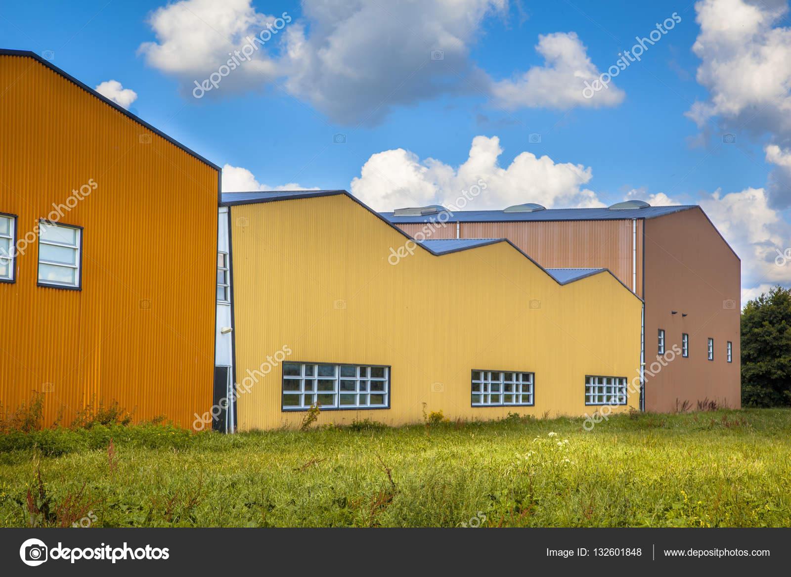 bâtiments industriels modernes dans une zone commerciale à