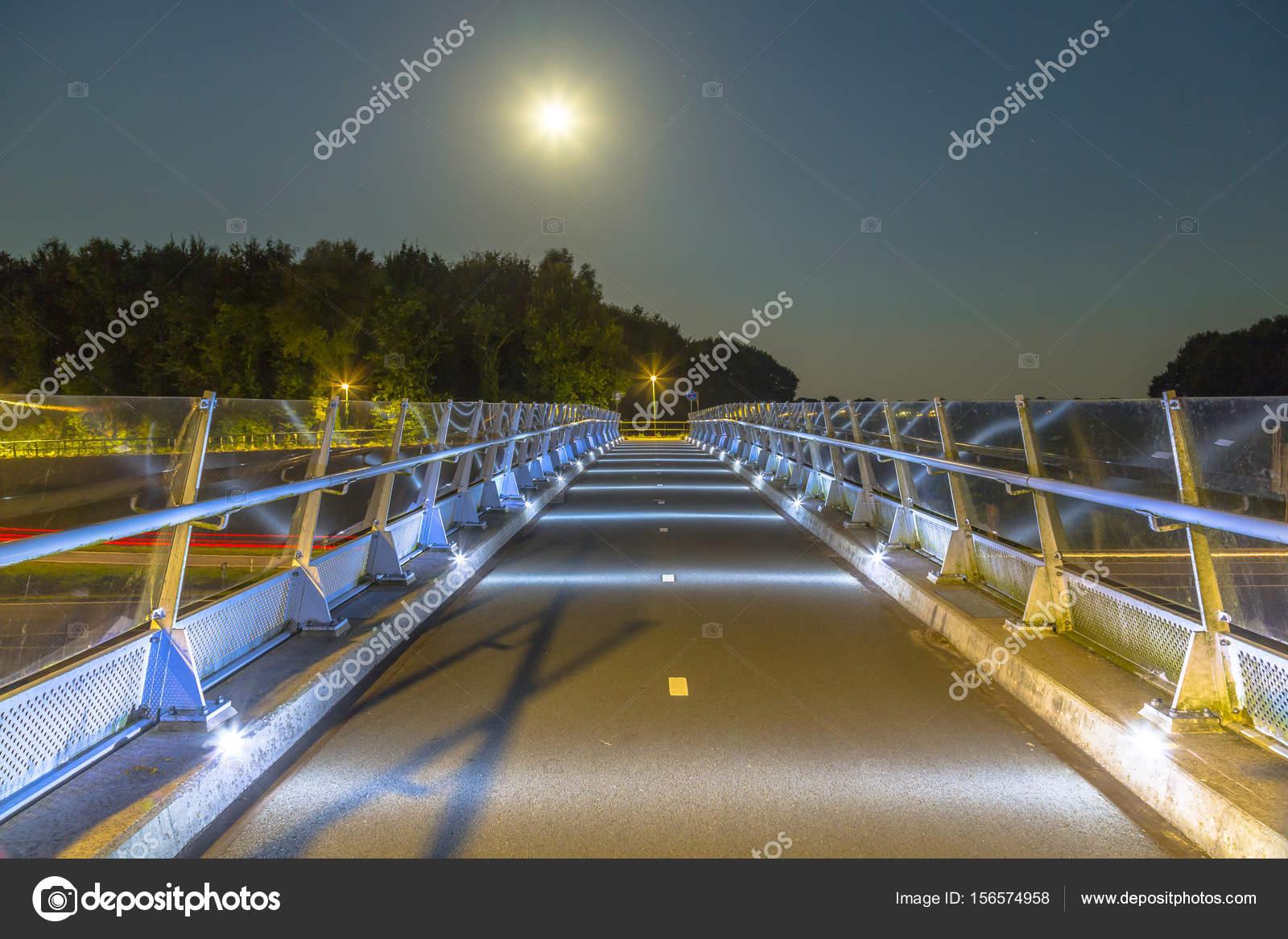 Ponte in bicicletta con illuminazione a basso livello u2014 foto stock
