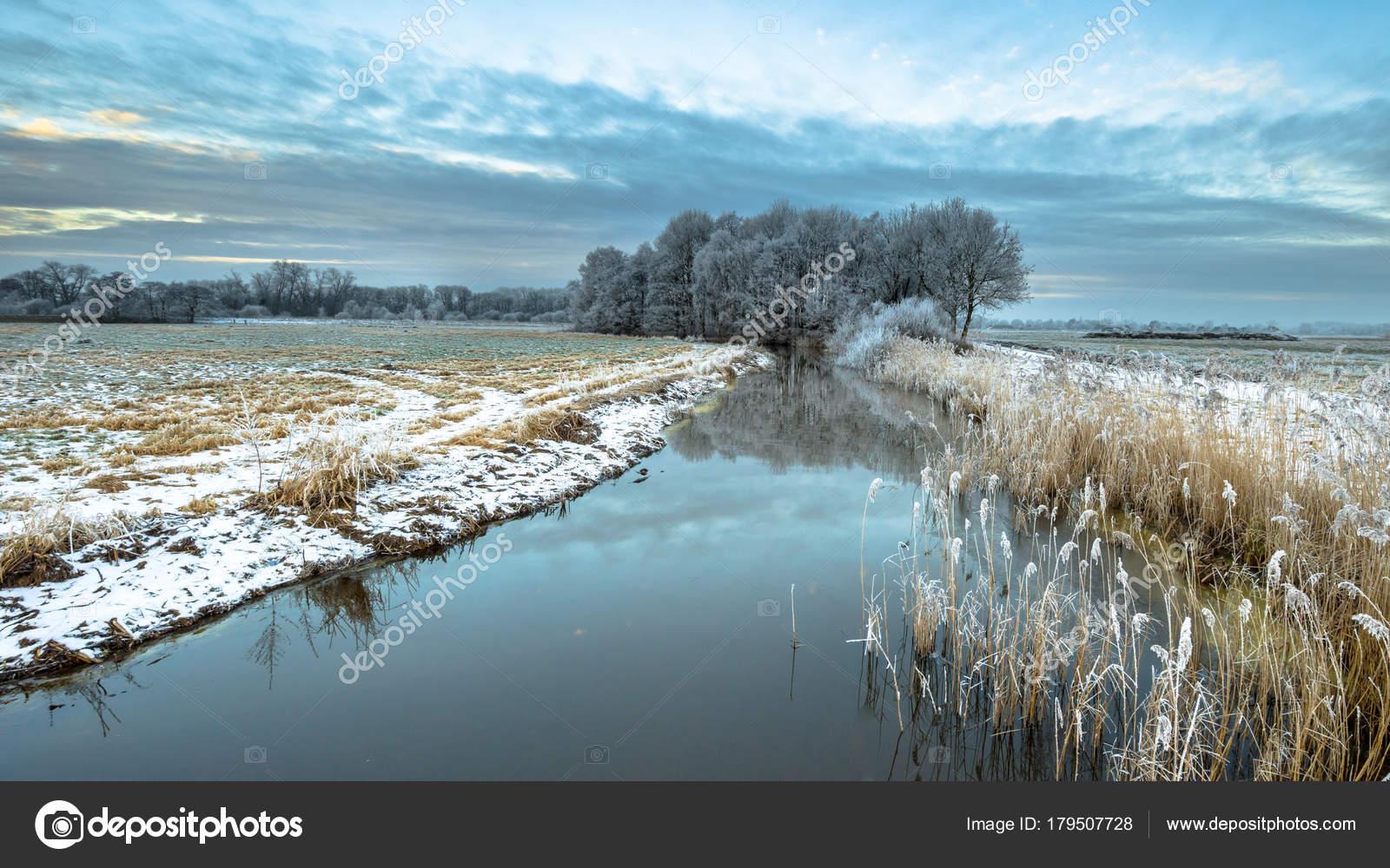 凍った川のドレンテ州ドレンチェ...