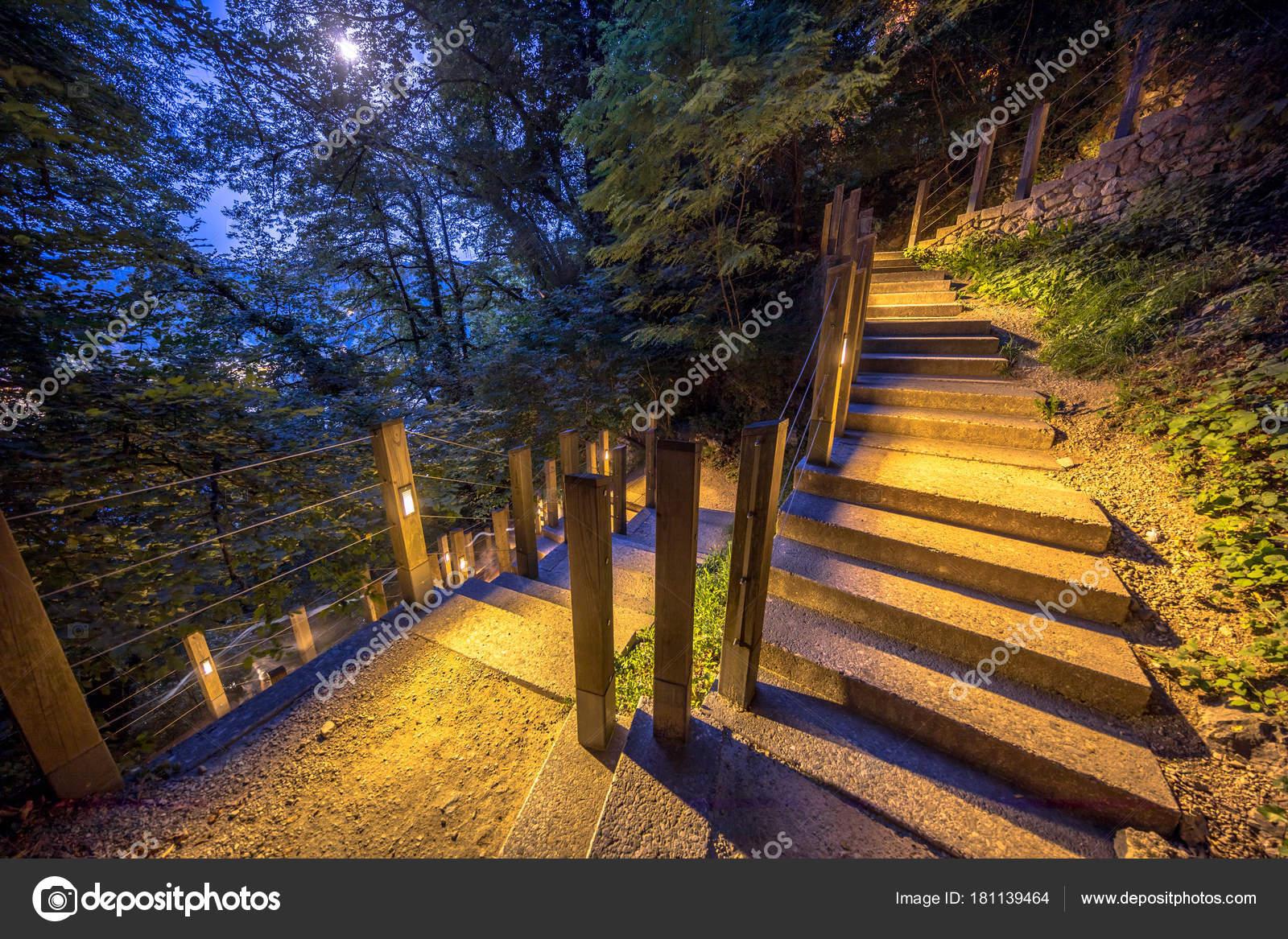 Scala esterna illuminata sotto al chiaro di luna u foto stock