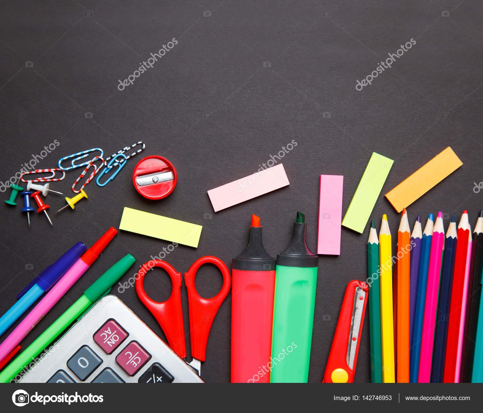 material de escritório escolar sobre um fundo de quadro de giz