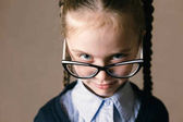 malá dívka, která nosí brýle