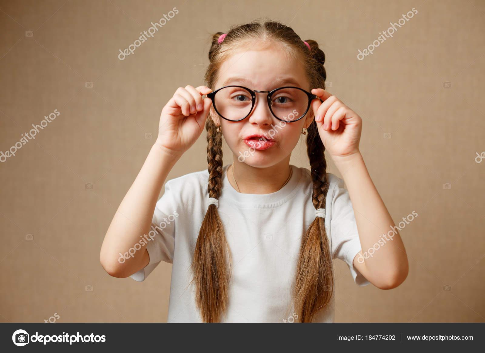 f14c33008c23 Holčička s velkými brýlemi — Stock Fotografie © karpik-hoi #184774202