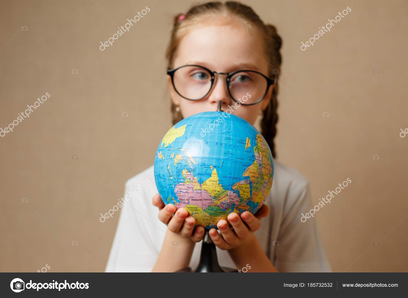 c3ffef98d87d9c Mooi kind meisje met bril thuis dromen van reizen en — Stockfoto ...