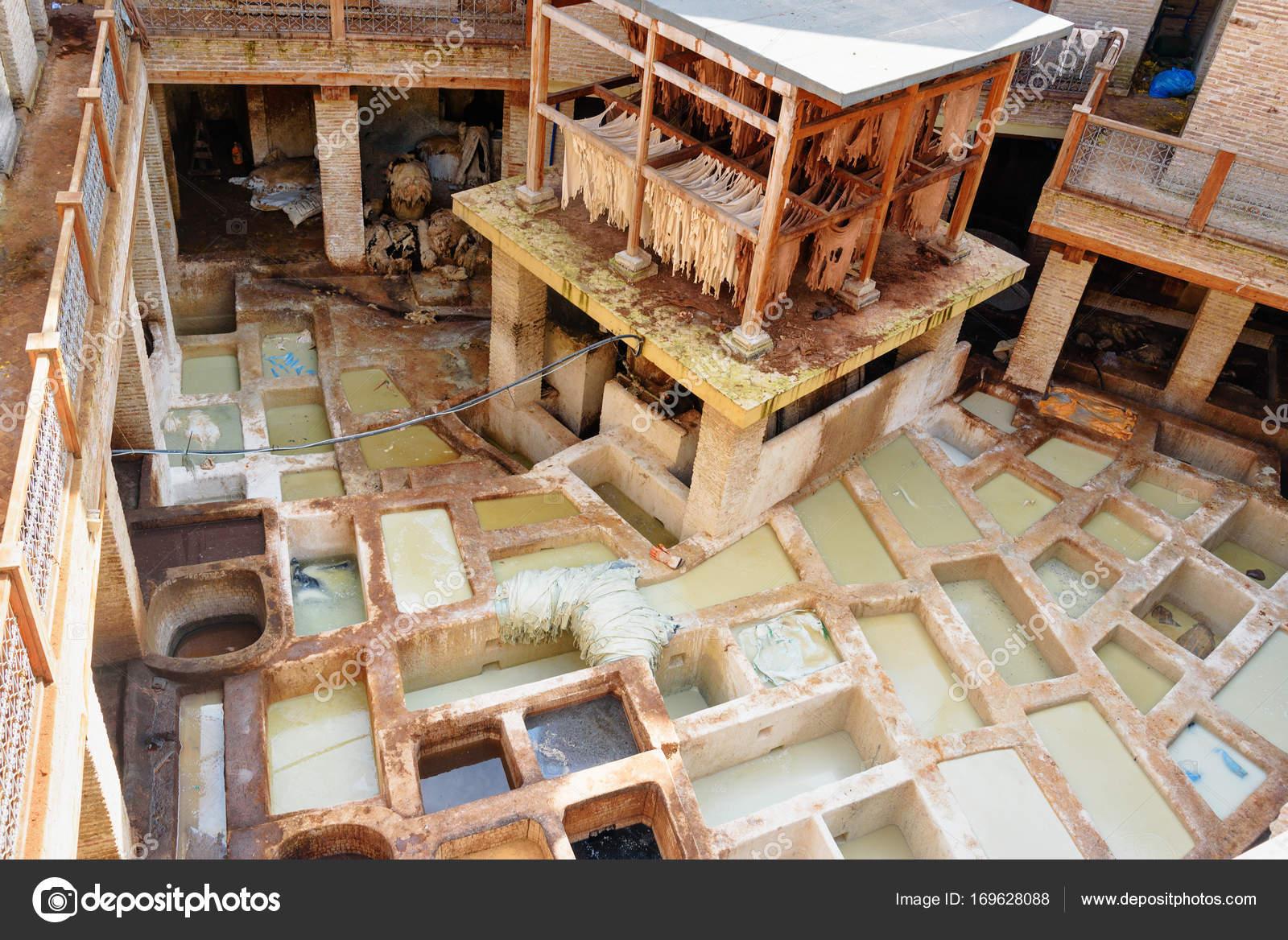 136c988bfce46 Mała skórzana tradycyjnych garbarni w starożytnych Medyna Fes El Bali. Fez