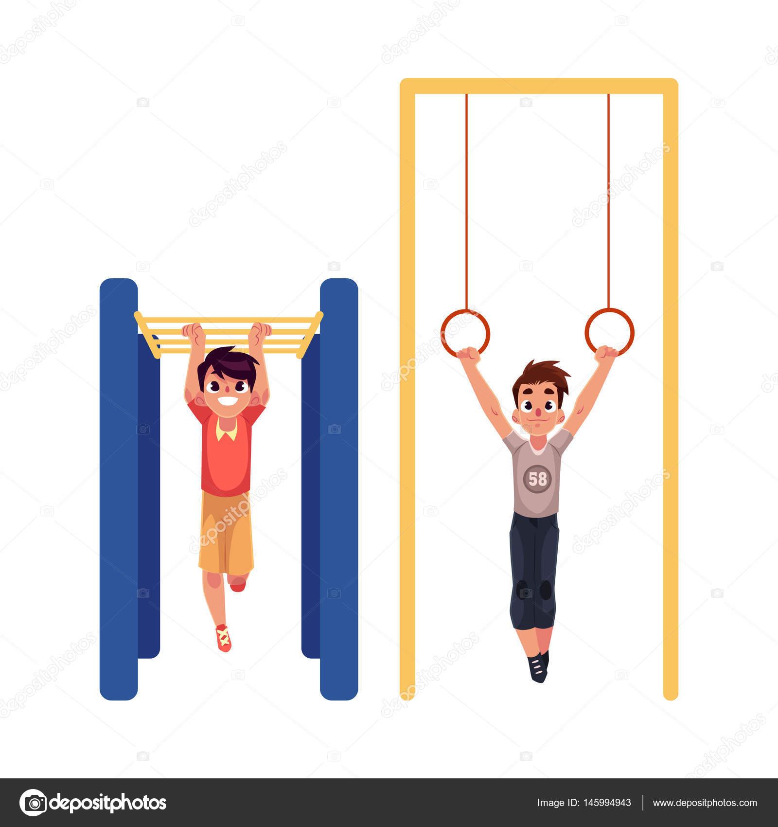 体操リングと遊び場でジャングルジムに掛かっている男の子
