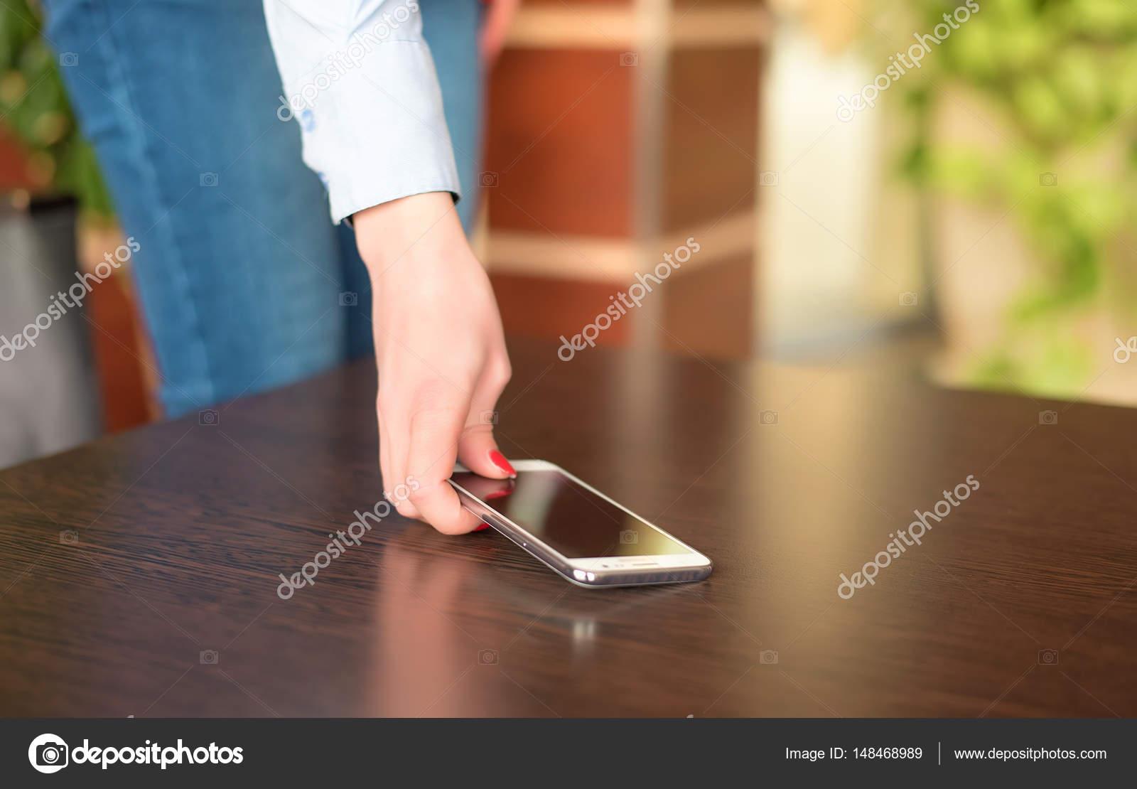 Resultado de imagem para telefone celular mulher atende o telefone
