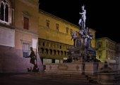 Photo Fountain of Neptune at night , Bologna, Italy