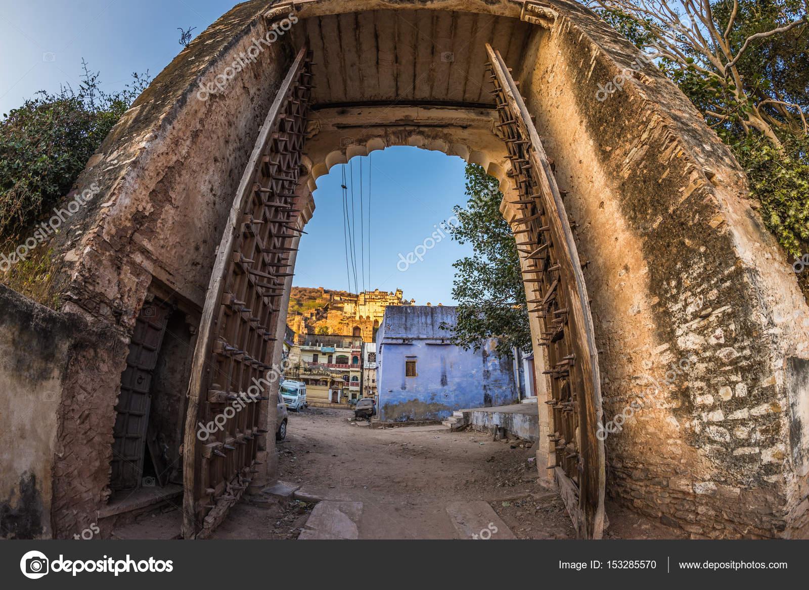 Enmarca la vista a través de la antigua puerta de la fortaleza ...