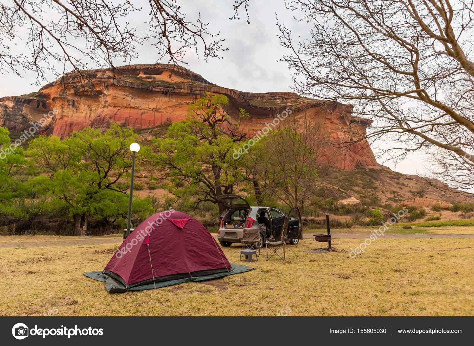 camping neben malerischen klippen und landschaft an der