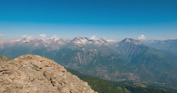 Zasněžené horské hřebeny a vrcholy s pohyblivými formaci mraků nad Alpy v létě, Provincie Torino, Itálie. Časová prodleva v denní s pohlížejí na