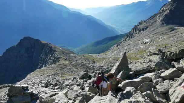 Žena, lezení na skále vysoké nadmořské výšce skalnaté hory. Letní dobrodružství v italských Alpách