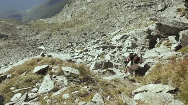 Žena, lezení na skále vysoké nadmořské výšce skalnaté hory. Letní dobrodružství v italských Alpách. Zpomalený pohyb