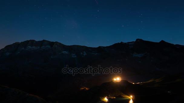 Den noc časová prodleva z vysoko v Alpách, Gran Paradiso a národního parku Vanoise, Itálie Francie hranice. Horské vrcholy s ledovci, pohybující se mraky a rotující hvězdy v létě