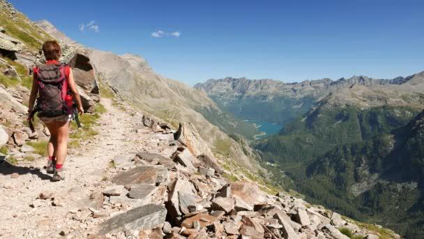 Několik turistických chodníků v idylické horské krajině s křišťálové vody jezera, vysoké hory a ledovce. Letní dobrodružství na Alpy.