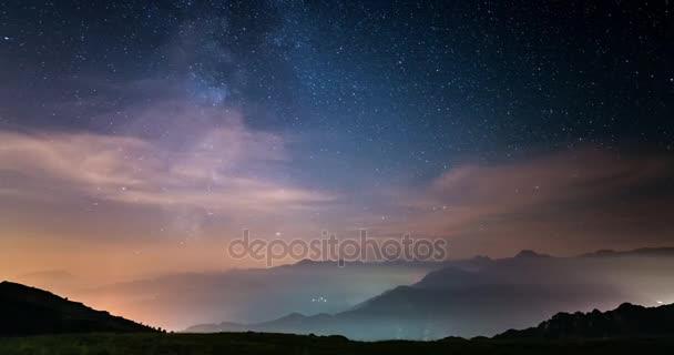 Časová prodleva v Mléčné dráze a hvězdnou oblohu nad Italské Alpy s mlhou a vlhkost, což v snový efekt. Zářící údolí jsou níže. Statická verze.