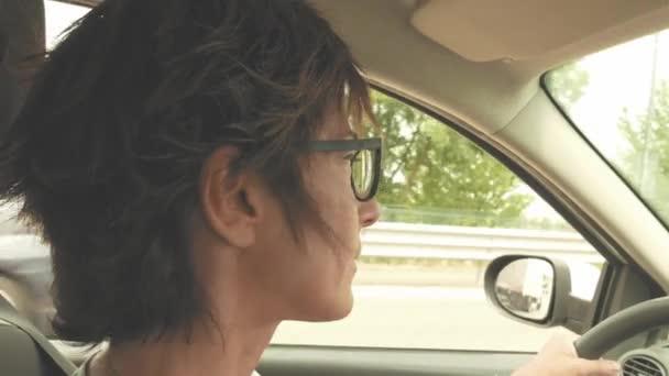 Frau mit Brille Autofahren mit Händen am Lenkrad. Innen in