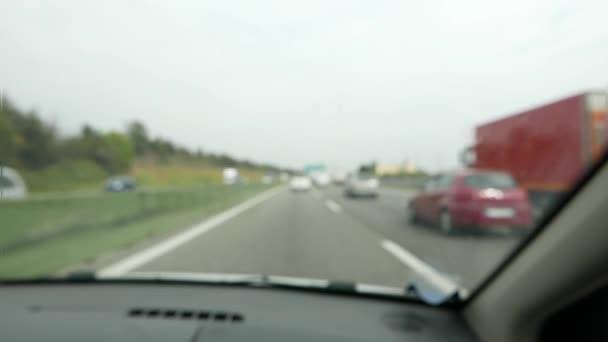 Sfocata e defocused traffico sulla strada principale da auto telecamera montata, passeggero punto di vista. Slow motion