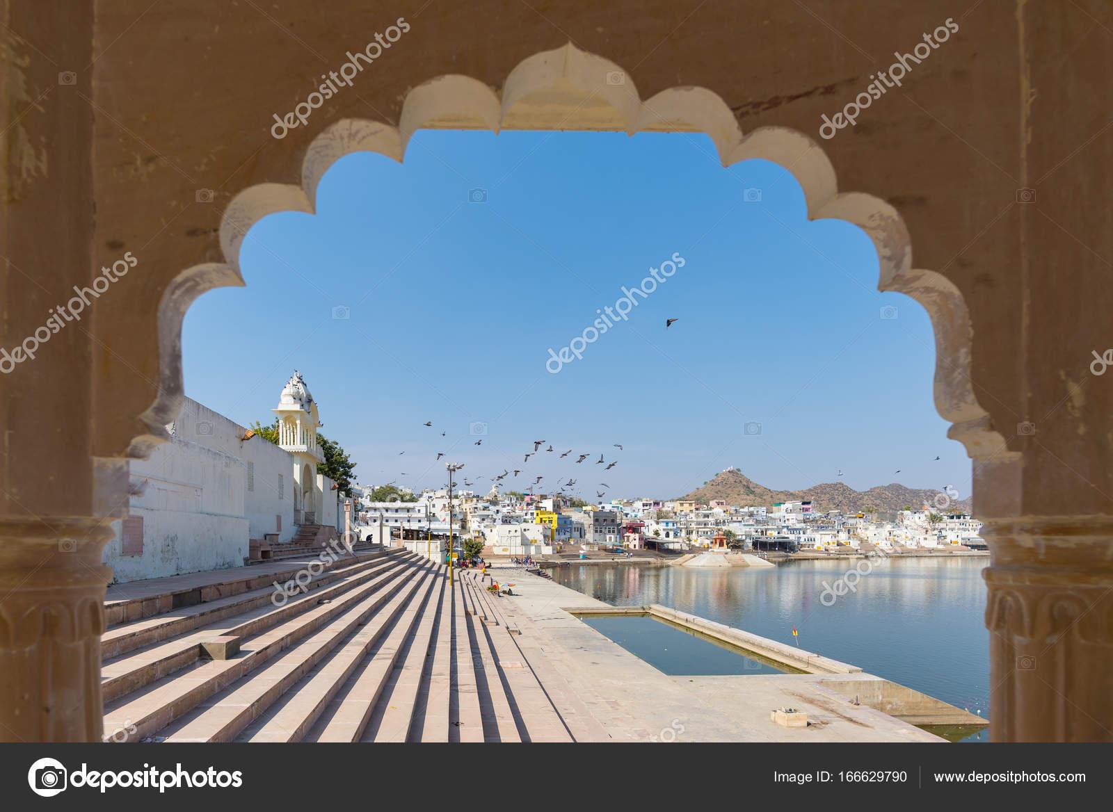Gerahmte Blick vom Torbogen am Pushkar, Rajasthan, Indien. Tempel ...