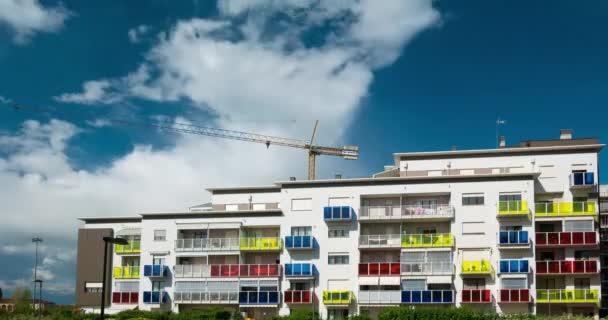 Torino, Olaszország - 2017. szeptember 19.: Daru dolgozik az építkezésen a modern lakóházat, Torino, Olaszország. Festői idő telik el a kék ég és a gyorsan mozgó felhők.