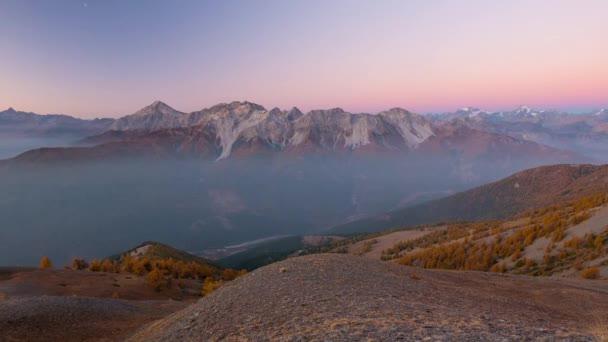 Timelapse od svítání do svítání na do Alp. Majestátní ledovce a horské vrcholy masivem des Ecrins, přes 4000 m, Francie, expanzivní pohled z údolí Bardonecchia, Torino, Itálie
