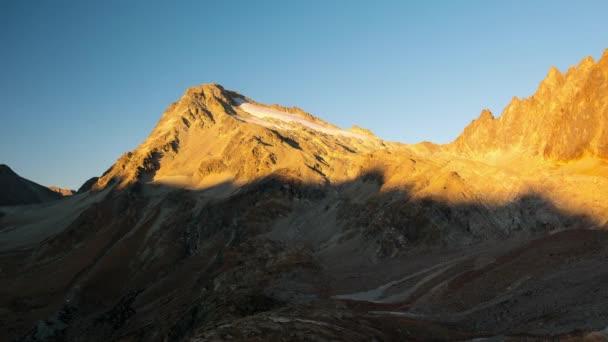 Odpočítávání času od západu slunce do soumraku na švýcarských Alp. Majestátní hory s ledovci, Mont Gel (3519 m), údolí Aosta, cestování v Itálii