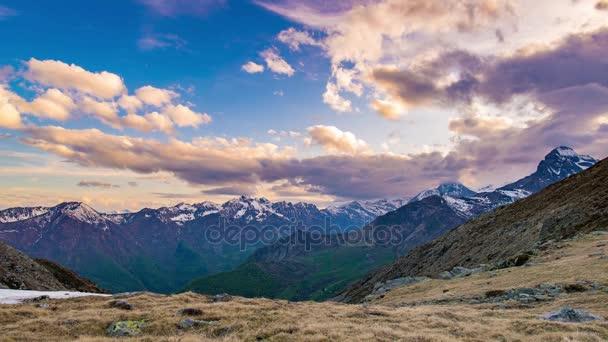 Pohybu mraků Alpy západ slunce časová prodleva přes horské hřebeny a vrcholy v provincii Torino, Itálie