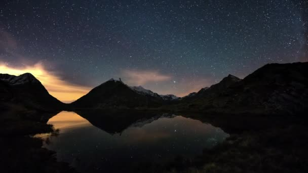 Hvězdnou oblohu a Orion časová prodleva v Alpách, mimo zasněžené horský hřeben, úvahy o idylické alpské jezero