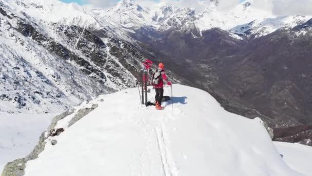 Turista na vrchol hory, horské sníh horolezectví skialpinismus, panoramatický výhled na Alpy, dobývání protivenství, úspěch