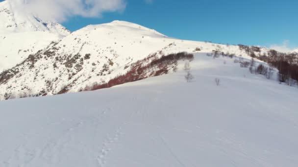 Anténa: Hiker lezení sníh Hora, skialpinismus lyžování mimo sjezdovky trekkové sám, malebné sněhu limitován Alpy pozadí