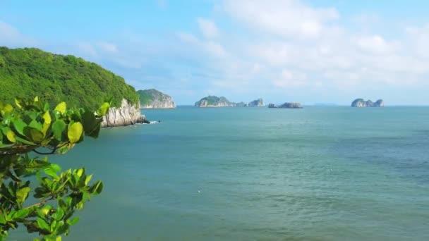 jasné modré nebe na ostrově Cat Ba a pláži, největší ostrov v Ha Long Bay, jedinečné vápencové skalní ostrovy a krasové formace vrcholky v moři, slavné turistické destinace ve Vietnamu