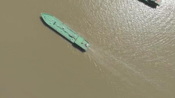 Luftbild: Frachtschiff auf dem Mekong-Delta, Can Tho, Südvietnam. Direkt oberhalb von oben nach unten Nautikschiff auf braun schlammigem Wasser. natives d-log cineartig
