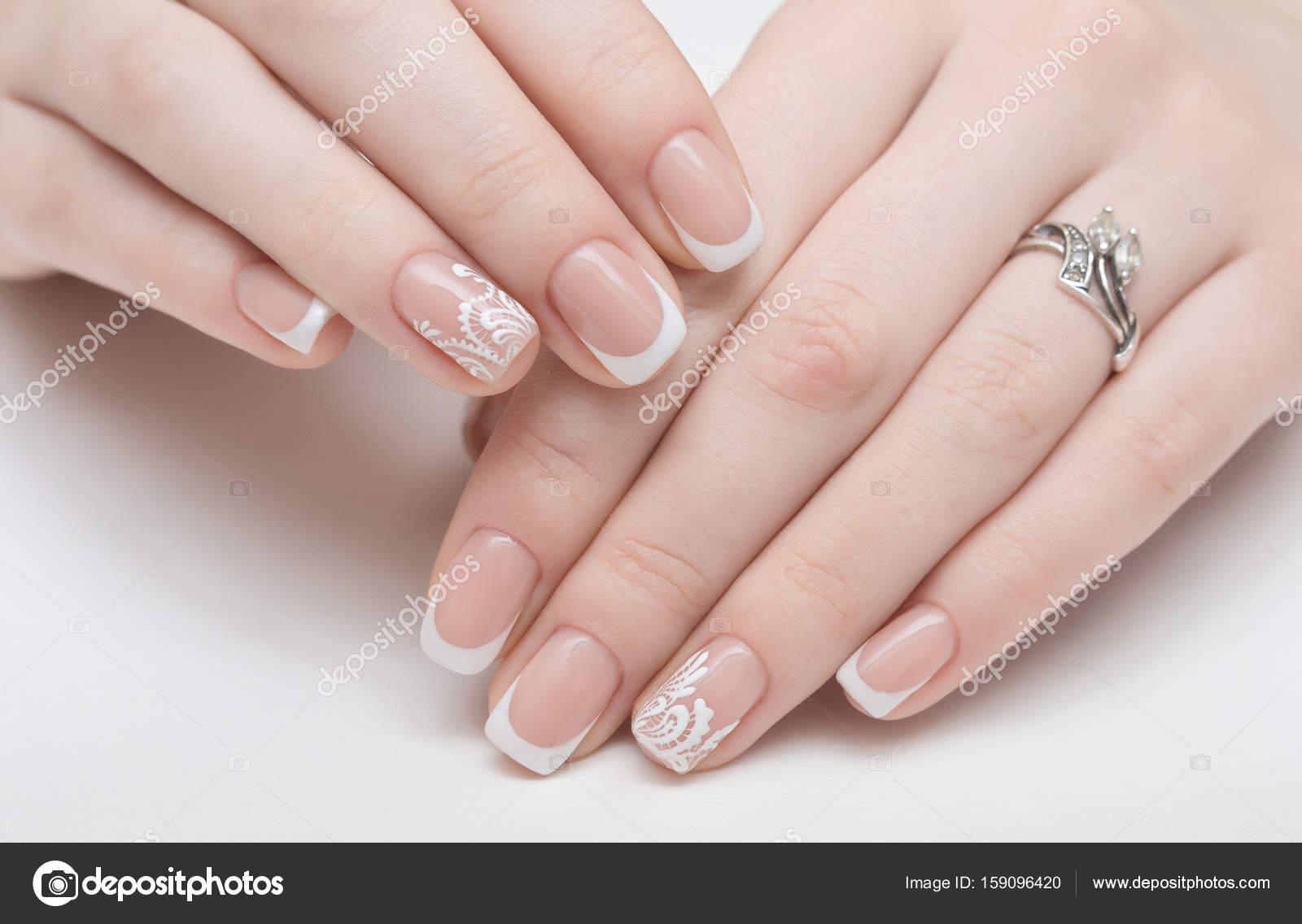 Nagelpflege und Maniküre. Nahaufnahme der schöne weibliche Hände ...