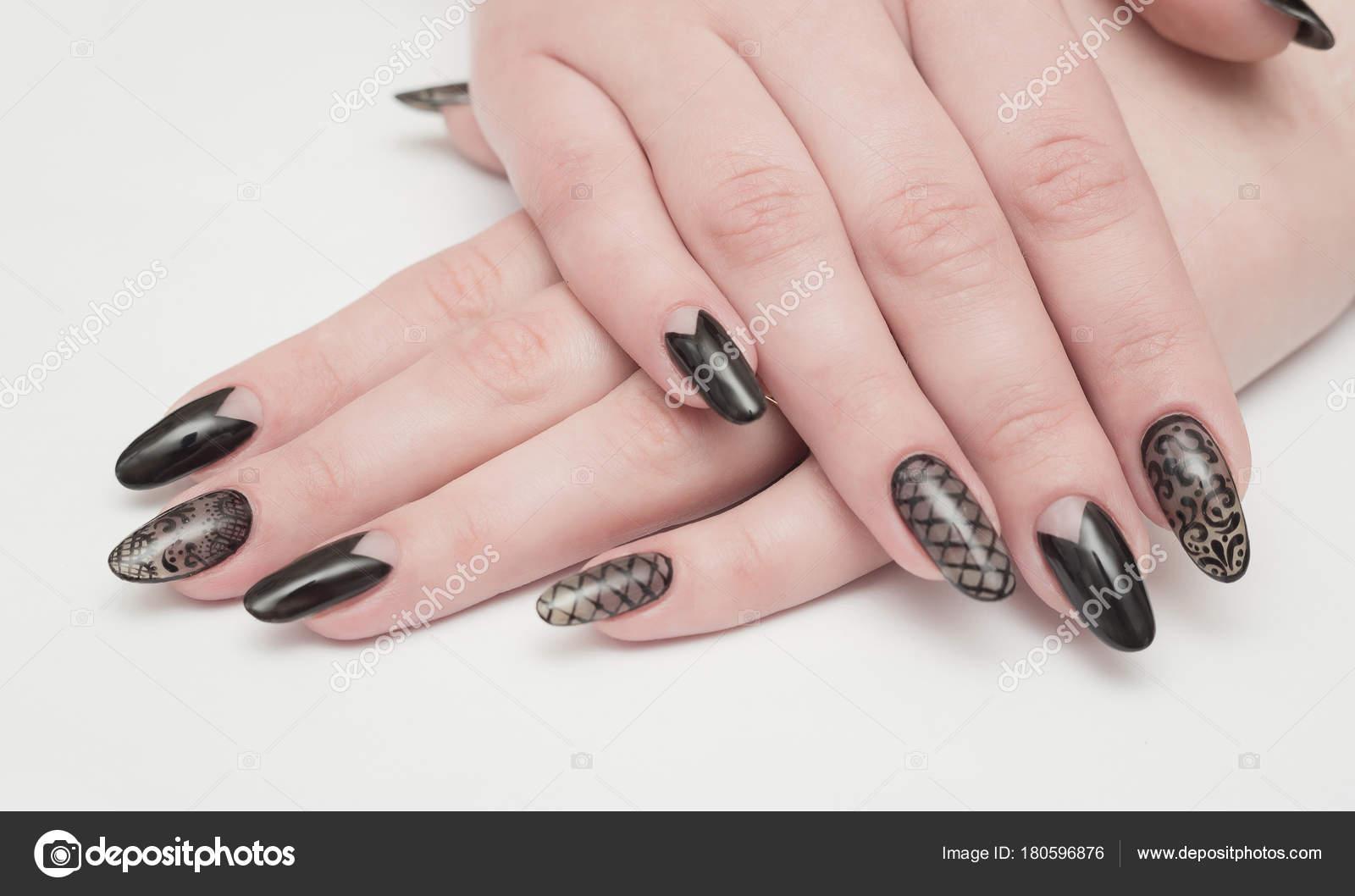 Closeup Di Mani Di Donna Con Le Unghie Nere Manicure Foto Stock