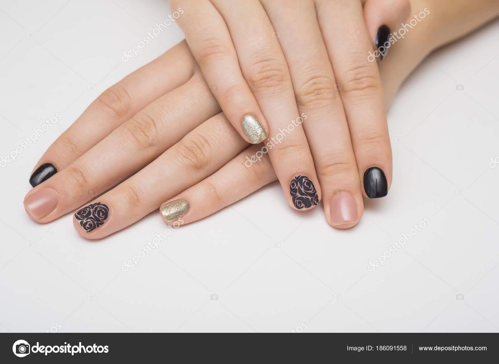 Kaviar-Maniküre in gelb schwarze Nägel mit schwarz-goldenen ...